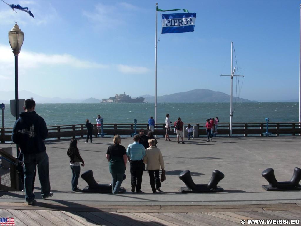 San Francisco. Pier 39. - Westküste, Fishermans Wharf, Pier 39, Alcatraz, Fahne, Fahnenmast, San Francisco - (Fisherman's Wharf, San Francisco, California, Vereinigte Staaten)