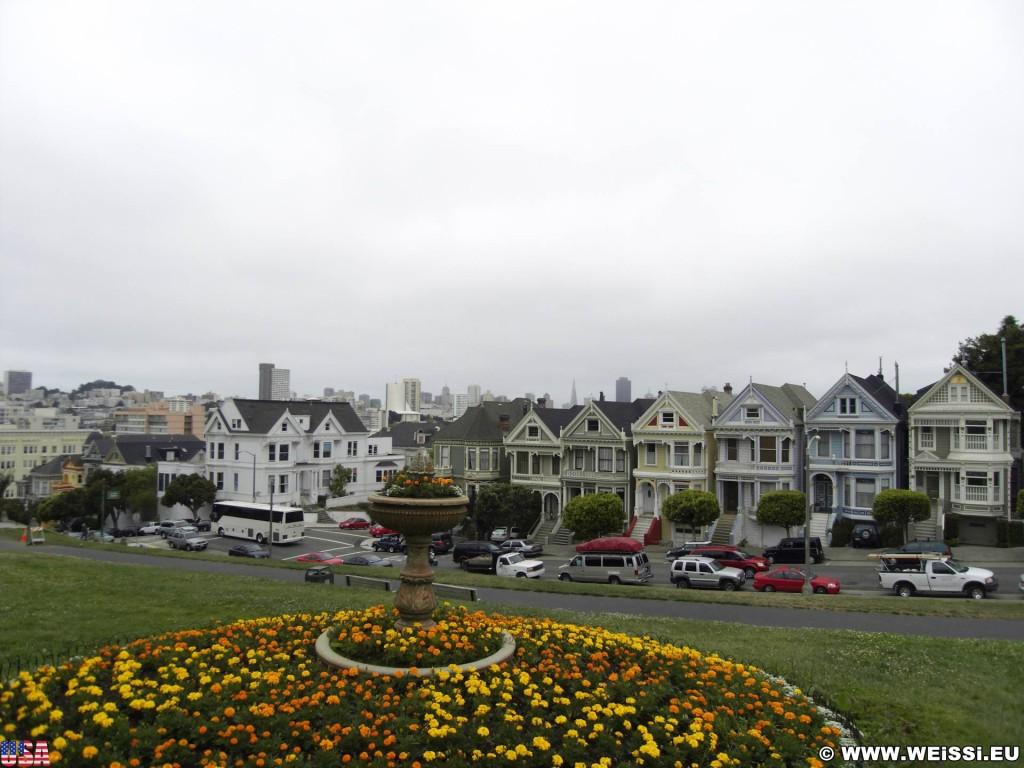 San Francisco. Die Painted Ladies sind bunte, viktorianische Holzhäuser, die im 19. Jahrhundert erbaut wurden.. - Westküste, Gebäude, Architektur, Sehenswürdigkeit, Haus, Alamo Square Park, Painted Ladies, viktorianische Häuser, Alamo Square, San Francisco - (Friendship Village, San Francisco, California, Vereinigte Staaten)