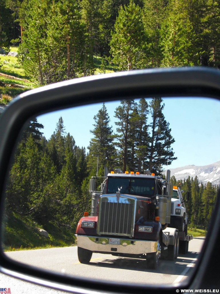 Yosemite National Park. - Yosemite Nationalpark, Tioga Pass, Truck, LKW, Lastkraftwagen, Rückspiegel, Dana Meadows - (Lee Vining, Yosemite National Park, California, Vereinigte Staaten)