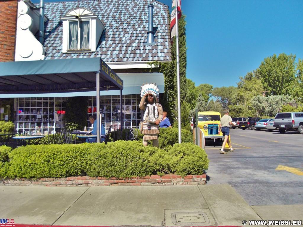 On the road. -  - (J Diamond Trailer and Recreational Vehicle Park, Bishop, California, Vereinigte Staaten)