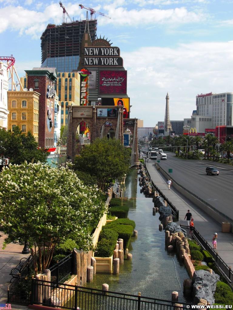 Las Vegas. - Strasse, Las Vegas, Autos, New York-New York Hotel und Casino - (Bracken, Las Vegas, Nevada, Vereinigte Staaten)