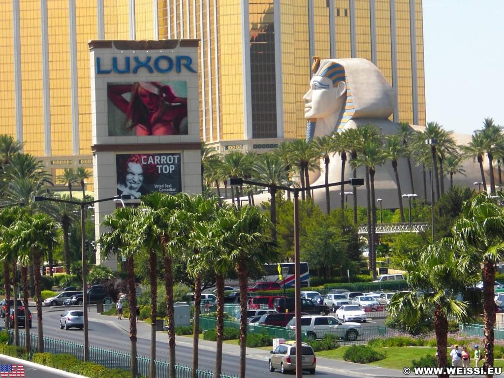 Las Vegas. - Gebäude, Strasse, Werbeschild, Werbeschrift, Las Vegas, Videowall, Fassade, Skulptur, Statue, Mandalay Bay Resort, Werbeturm, Sphinx, Luxor Hotel - (Bracken, Las Vegas, Nevada, Vereinigte Staaten)