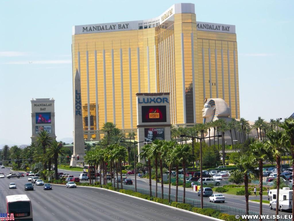 Las Vegas. - Gebäude, Strasse, Las Vegas, Fassade, Autos, Skulptur, Statue, Mandalay Bay Resort, Sphinx, Luxor Hotel - (Bracken, Las Vegas, Nevada, Vereinigte Staaten)