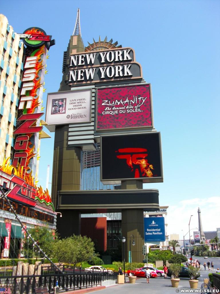 Las Vegas. - Gebäude, Werbeschild, Las Vegas, Videowall, Fassade, New York-New York Hotel und Casino, Hochschaubahn, Achterbahn, Roller coaster, Statue of Liberty, Empire State Building, Chrysler Building, Werbeturm - (Bracken, Las Vegas, Nevada, Vereinigte Staaten)