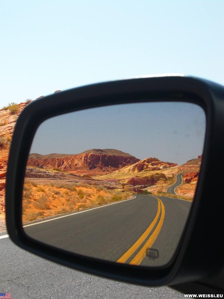 Valley of Fire State Park. - Strasse, Felsen, Felsformation, Rückspiegel, Valley of Fire State Park, Erosion, Spiegel - (Valley of Fire State Park, Overton, Nevada, Vereinigte Staaten)