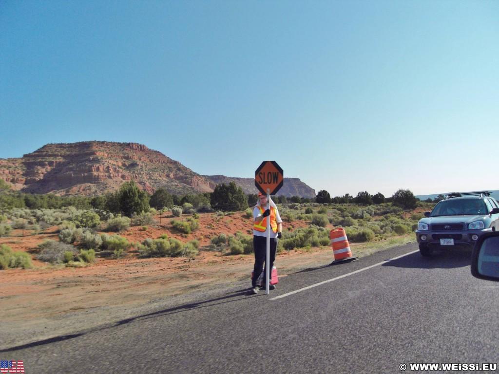 On the road. - Auto, Schild, Landschaft, Tafel, Ankünder, On the Road, Personen - (Kanab, Utah, Vereinigte Staaten)