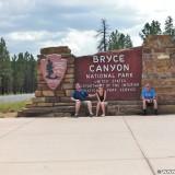 Bryce Canyon National Park. - Schild, Tafel, Ankünder, Einfahrtsschild, Wegweiser, Personen, Bryce Canyon National Park - LUTZER Sandra, WEISSINGER Andreas, WEISSINGER Edeltraud, WEISSINGER Erwin - (Bryce Canyon, Utah, Vereinigte Staaten)