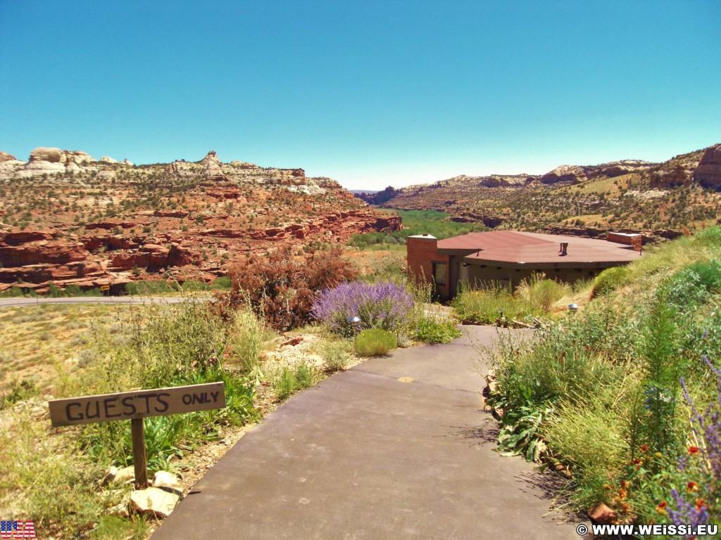 Highway 12 - Scenic Byway. - Gebäude, Schild, Landschaft, Tafel, Grand Staircase Escalante National Monument, Highway 12, Kiva Koffeehouse - (Boulder Town, Escalante, Utah, Vereinigte Staaten)