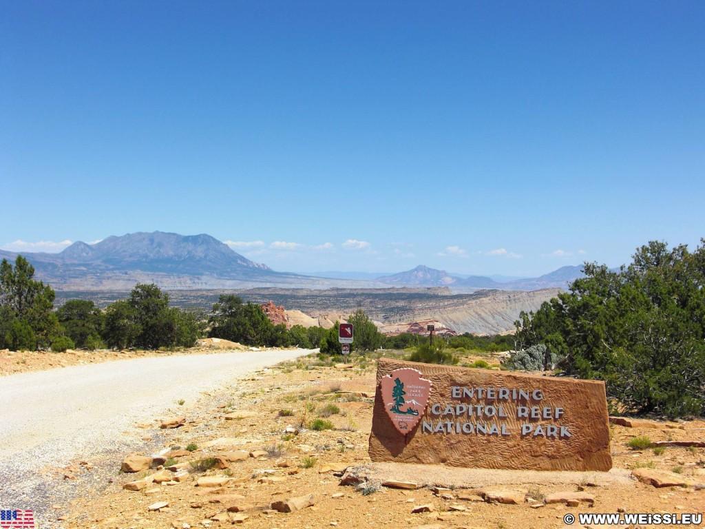 Burr Trail. Burr Trail Scenic Backway. - Strasse, Schild, Landschaft, Tafel, Wegweiser, Scenic Backway, Burr Trail, Capitol Reef National Park - (Eggnog, Boulder, Utah, Vereinigte Staaten)