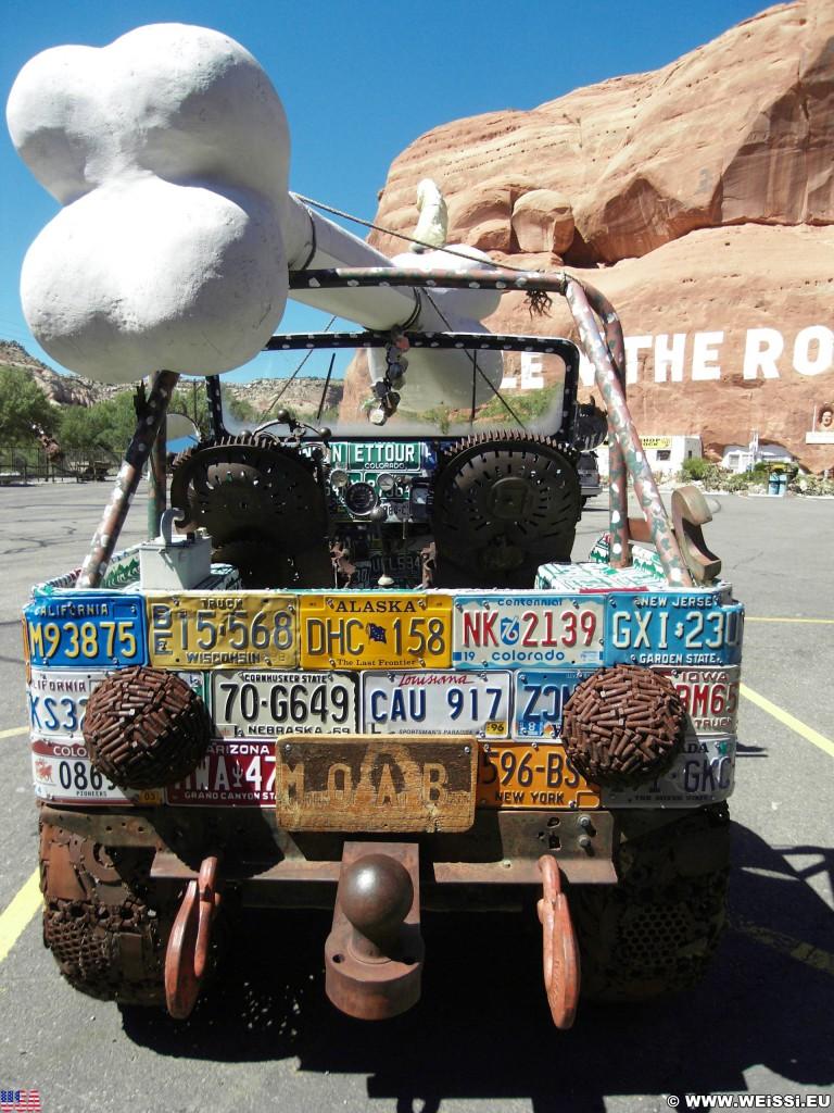 Hole N' The Rock. - Auto, Schild, Tafel, On the Road, Hole N' The Rock, Jeep, Nummernschilder, Kennzeichen, Knochen - (La Sal Junction, Moab, Utah, Vereinigte Staaten)