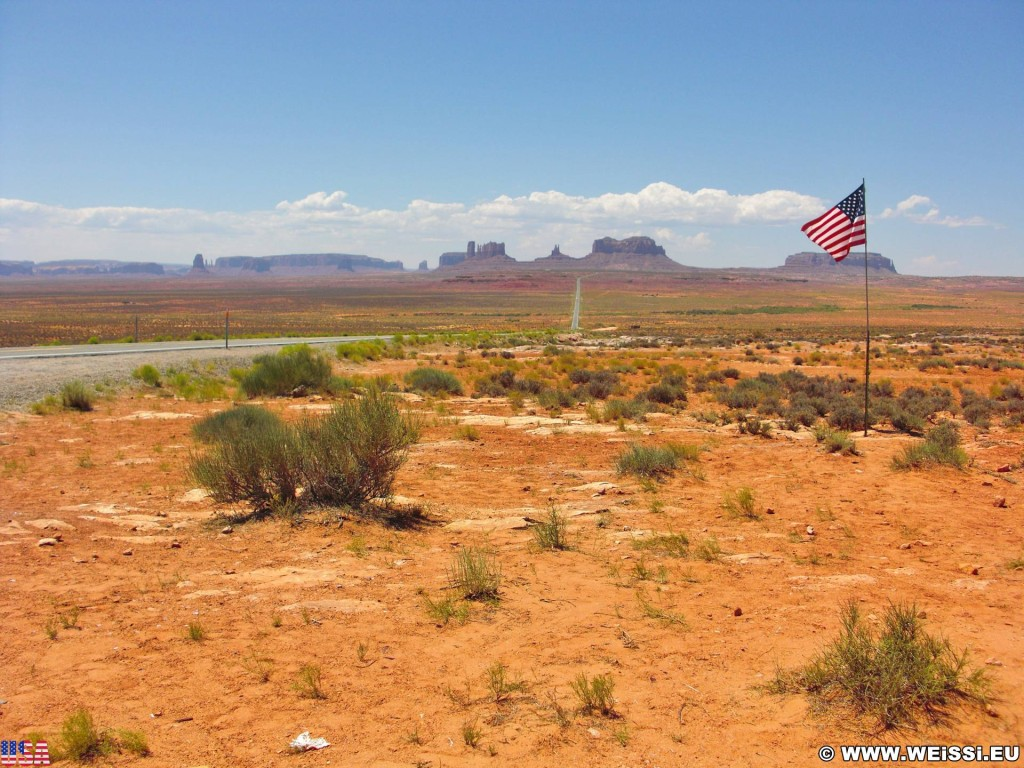 Monument Valley. Highway 163 - Monument Valley. - Strasse, Star-Spangled Banner, Monument Valley, Navajo-Nation-Reservation, Tafelberge, Landschaft, Sandstein, Sandsteinformationen, Castle Butte, Tribal Park, Saddleback Butte, King on His Throne, Stagecoach Butte, Bear & Rabbit, Highway 163, Stars and Stripes, Eagle Mesa - (Halchita, Mexican Hat, Utah, Vereinigte Staaten)