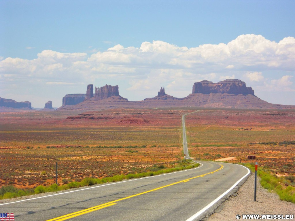 Monument Valley. Highway 163 - Monument Valley. - Strasse, Monument Valley, Navajo-Nation-Reservation, Tafelberge, Landschaft, Sandstein, Sandsteinformationen, Castle Butte, Tribal Park, Saddleback Butte, King on His Throne, Stagecoach Butte, Bear & Rabbit, Highway 163 - (Halchita, Mexican Hat, Utah, Vereinigte Staaten)