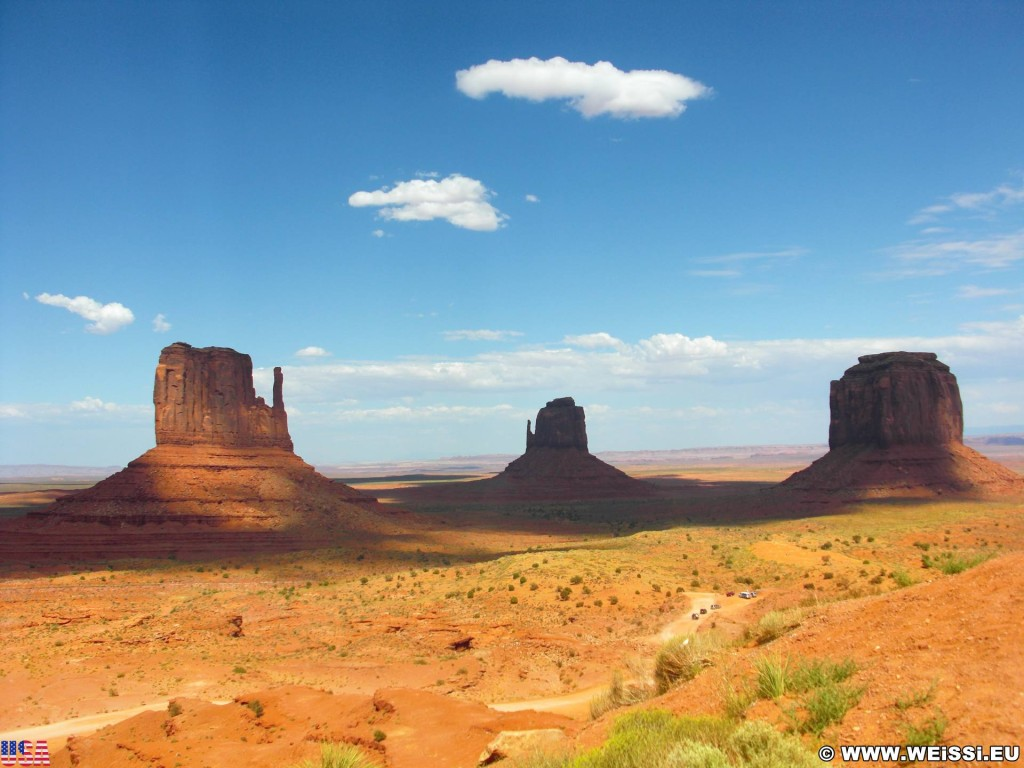 Monument Valley. West, East & Merrick Butte - Monument Valley. - Wolken, Monument Valley, Navajo-Nation-Reservation, Tafelberge, Landschaft, Himmel, Sandstein, Sandsteinformationen, Butte, Buttes, Tribal Park, West Mitten Butte, East Mitten, Merrick Butte - (Goulding, Kayenta, Arizona, Vereinigte Staaten)