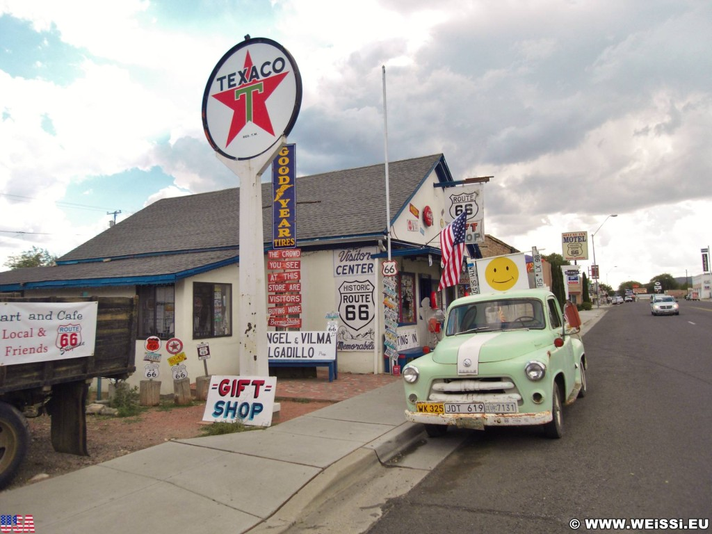 Historic Route 66. - Gebäude, Auto, Schild, Tafel, Gift Shop, Werbeturm, Route 66, Seligman, Dodge - (Seligman, Arizona, Vereinigte Staaten)