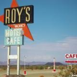 Historic Route 66. - Gebäude, Werbeschild, Schild, Tankstelle, Tafel, Motel, Werbeturm, Route 66, Amboy, Roy's Café, Amboy Crater - (Amboy, California, Vereinigte Staaten)