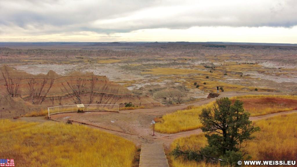 Badlands-Nationalpark. Pinnacles Overlook - Badlands-Nationalpark. - Landschaft, Felsen, Aussichtspunkt, Sandstein, Sandsteinformationen, Erosion, Hügel, National Park, Badlands-Nationalpark, Badlands Loop Road, Gipfel, Pinnacles Overlook - (Wall, Scenic, South Dakota, Vereinigte Staaten)