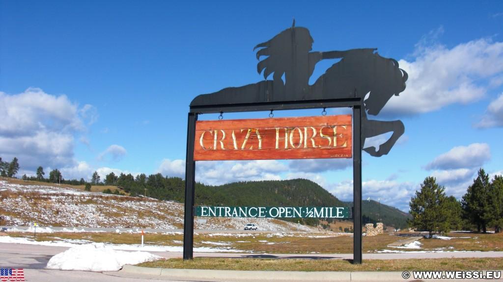 Crazy Horse Memorial. Einfahrt - Crazy Horse Memorial. - Schild, Tafel, Einfahrtsschild, Skulptur, Gesicht, Einfahrt, Black Hills, Granit, Berne, Crazy Horse Memorial, Custer, Crazy Horse - (Berne, Custer, South Dakota, Vereinigte Staaten)
