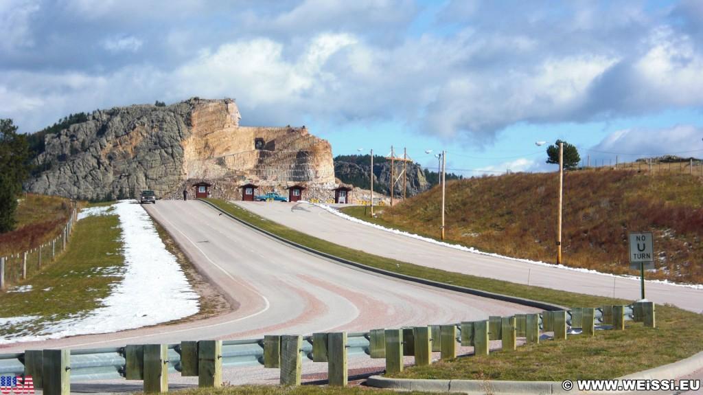 Crazy Horse Memorial. Einfahrt - Crazy Horse Memorial. - Strasse, Felsformation, Berg, Felswand, Skulptur, Gesicht, Black Hills, Granit, Berne, Crazy Horse Memorial, Custer, Crazy Horse, Kassenhäuschen, Thunderhead Mountain, Korczak Ziolkowski - (Berne, Custer, South Dakota, Vereinigte Staaten)
