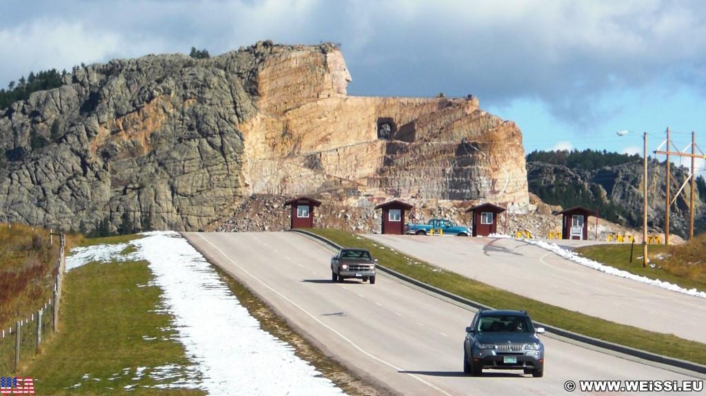Crazy Horse Memorial. Einfahrt - Crazy Horse Memorial. - Strasse, Auto, Felsformation, Berg, Felswand, Skulptur, Gesicht, Black Hills, Granit, Berne, Crazy Horse Memorial, Custer, Crazy Horse, Kassenhäuschen, Thunderhead Mountain, Korczak Ziolkowski - (Berne, Custer, South Dakota, Vereinigte Staaten)