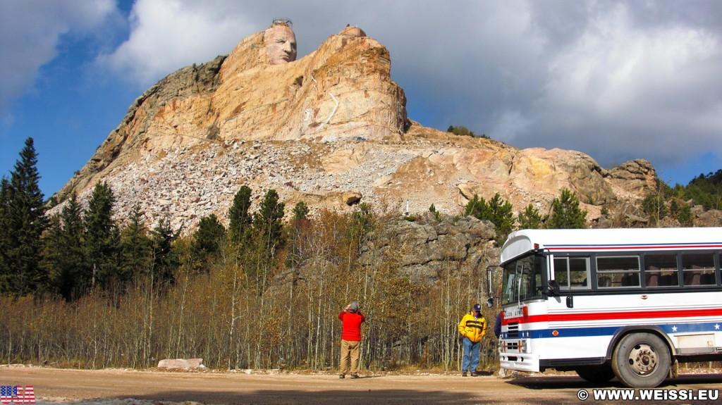 Crazy Horse Memorial. - Bäume, Felsformation, Berg, Felswand, Bus, Personen, Skulptur, Gesicht, Black Hills, Granit, Berne, Crazy Horse Memorial, Custer, Crazy Horse, Thunderhead Mountain, Korczak Ziolkowski, Kopf - (Berne, Custer, South Dakota, Vereinigte Staaten)