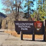 East Entrance Sign - Yellowstone-Nationalpark. - Strasse, Schild, Tafel, Ankünder, Einfahrtsschild, Osteingang, Einfahrt, Osteinfahrt - (Pahaska Tepee, Cody, Wyoming, Vereinigte Staaten)