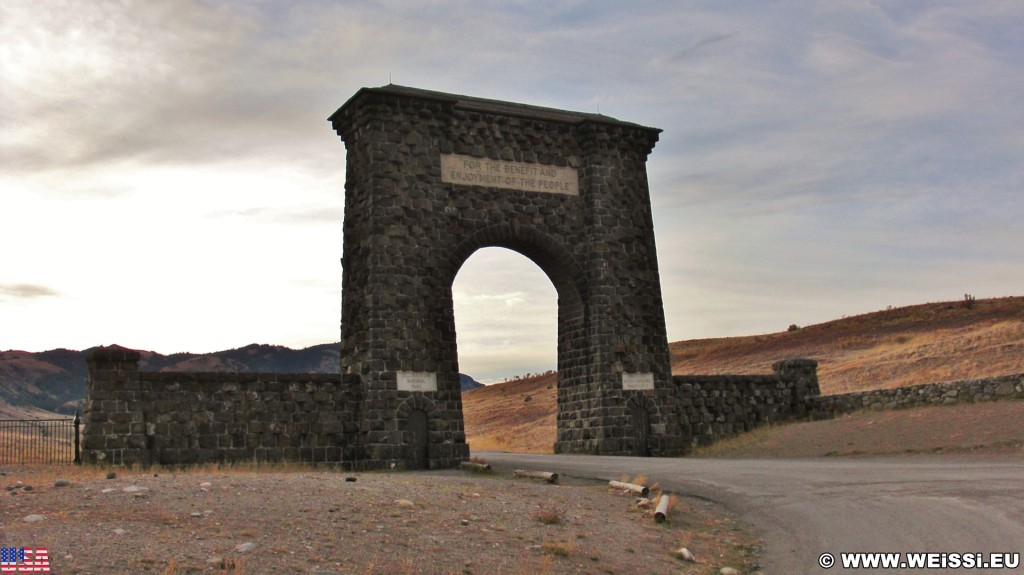 Roosevelt Arch - Das Tor zum Yellowstone-Nationalpark. - Tor, Portal, Einfahrtsportal, Roosevelt Arch, Nordeinfahrt, Nordeingang, Torbogen, For the benefit and enjoyment of the people, Eingangstor - (Rocky Mountain Trailer Park, Gardiner, Montana, Vereinigte Staaten)