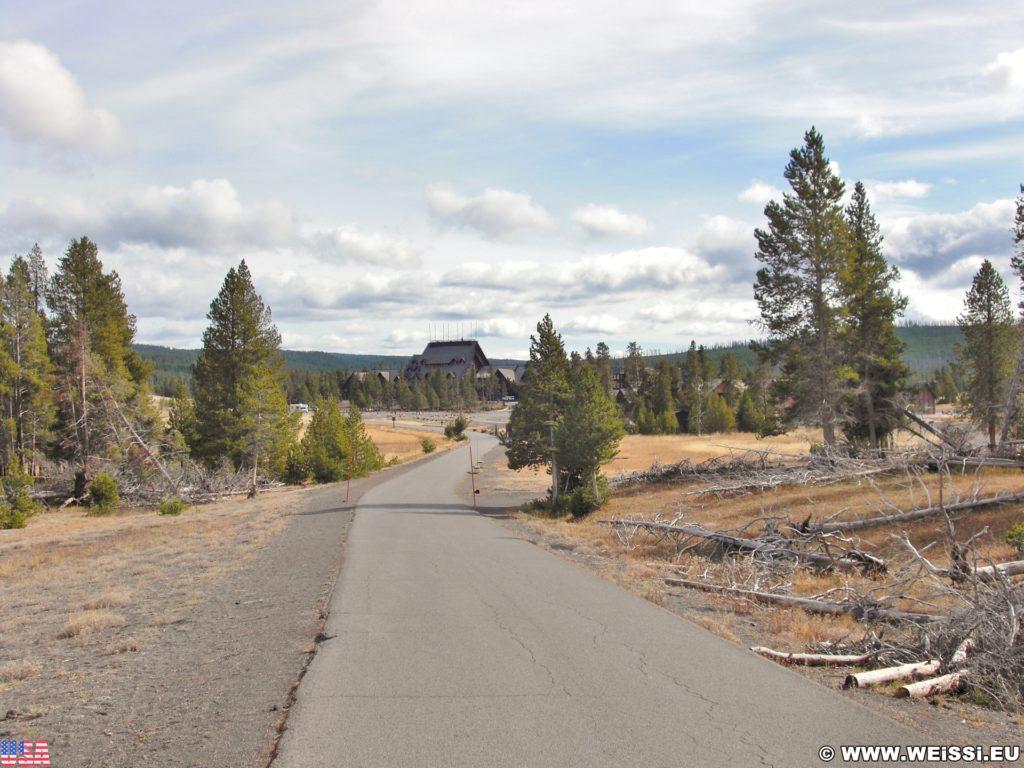 Yellowstone-Nationalpark. Blick auf das Old Faithful in vom Radweg in der Old Faithful Area - Upper Geyser Basin South Section. - Old Faithful Area, Upper Geyser Basin South Section - (Three River Junction, Yellowstone National Park, Wyoming, Vereinigte Staaten)