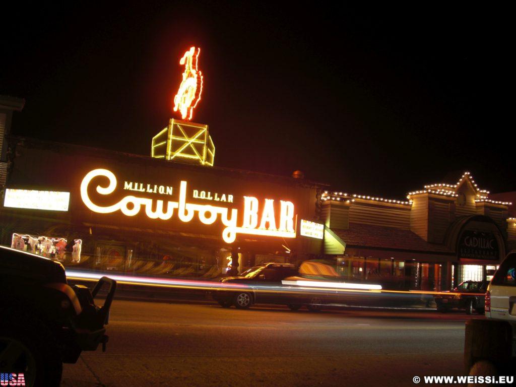 Million Dollar Cowboy Bar. 25 N Cache Dr, Jackson, WY 83001 www.milliondollarcowboybar.com. - Werbeschrift, Leuchtschild, Leuchtschrift, Bar, Beschilderung, Cowboy Bar, Million Dollar Cowboy Bar - (Jackson, Wyoming, Vereinigte Staaten)