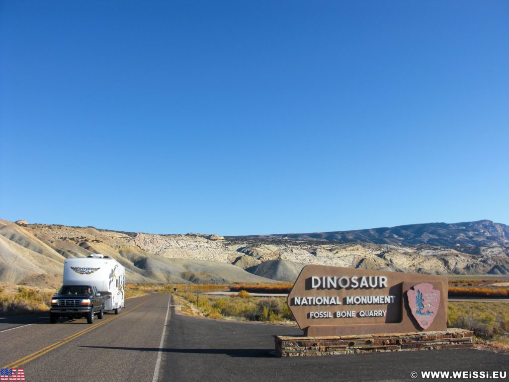 Dinosaur National Monument. Entering Dinosaur National Monument.... - Auto, Schild, Landschaft, Tafel, Ankünder, Einfahrtsschild, Panorama, Einfahrt, Pickup, KFZ, Anhänger - (Jensen, Utah, Vereinigte Staaten)