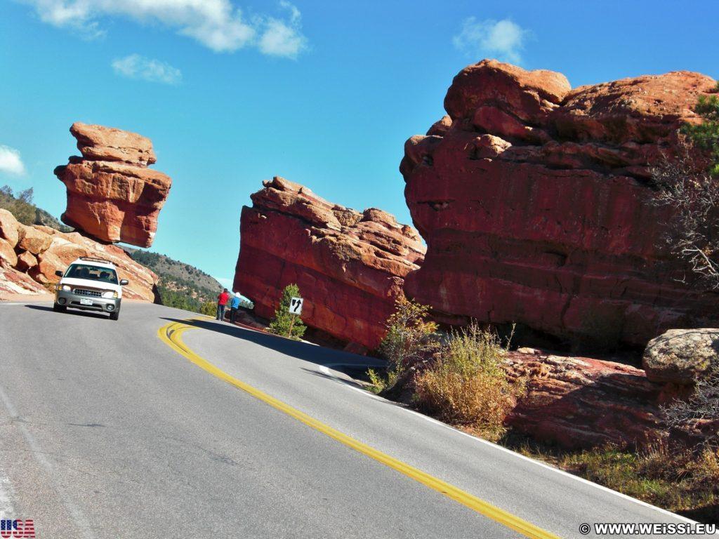 Garden of the Gods. Balanced Rock ist eine natürlich vorkommende geologische Formation und daher ein beliebtes Fotomotiv. - Strasse, Auto, Sehenswürdigkeit, Felsformation, Sandstein, Sandsteinformationen, Steine, Balanced Rock, Park, KFZ, Sandsteinformation, Ausflugsziel, Garten der Götter, Naturpark, sehenswert - (Manitou Springs, Colorado, Vereinigte Staaten)