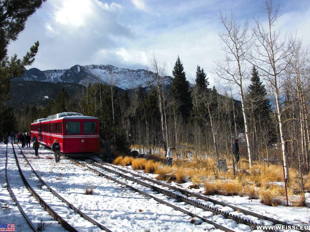 Manitou and Pikes Peak Railway. Eine Fahrt mit der Manitou and Pikes Peak Cog Railway auf den 4301m hohen Hausberg der Stadt endet mit einem spektakulären Rundumblick über die Rockies. Alternativ führt auch eine Autostraße auf den Gipfel.. - Eisenbahn, Pikes Peak, Bahn, Manitou and Pikes Peak Railway, Pikes Peak Cog Railway, Zahnradbahn - (Old Mountain View (historical), Cascade, Colorado, Vereinigte Staaten)