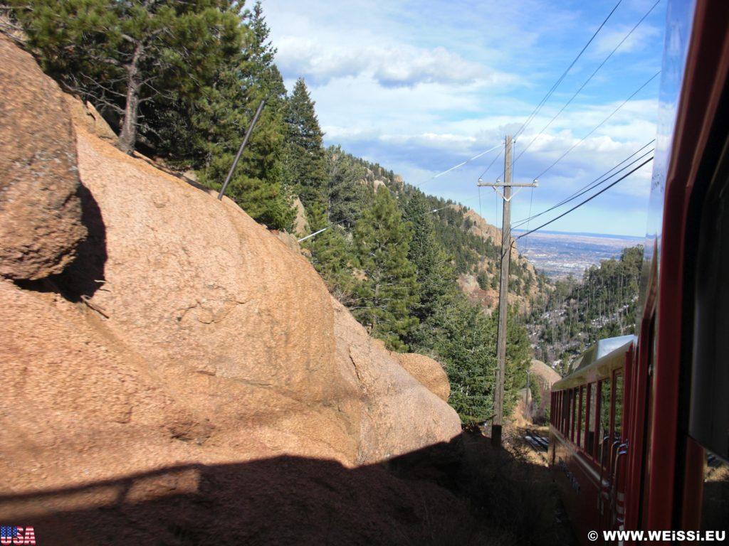 Manitou and Pikes Peak Railway. Eine Fahrt mit der Manitou and Pikes Peak Cog Railway auf den 4301m hohen Hausberg der Stadt endet mit einem spektakulären Rundumblick über die Rockies. Alternativ führt auch eine Autostraße auf den Gipfel.. - Eisenbahn, Pikes Peak, Bahn, Manitou and Pikes Peak Railway, Pikes Peak Cog Railway, Zahnradbahn - (Midway, Cascade, Colorado, Vereinigte Staaten)