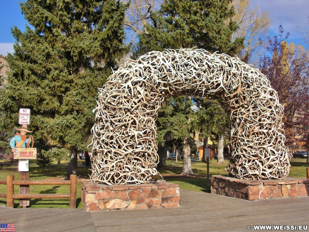 Jackson Hole. Antler Arches, Bögen aus Hirschgeweihen bilden den Eingang zum Town Square.. - Park, Elchgeweih, Antler Arches, Bögen, George Washington Memorial Park, Hirschgeweih, Town Square - (Jackson, Wyoming, Vereinigte Staaten)