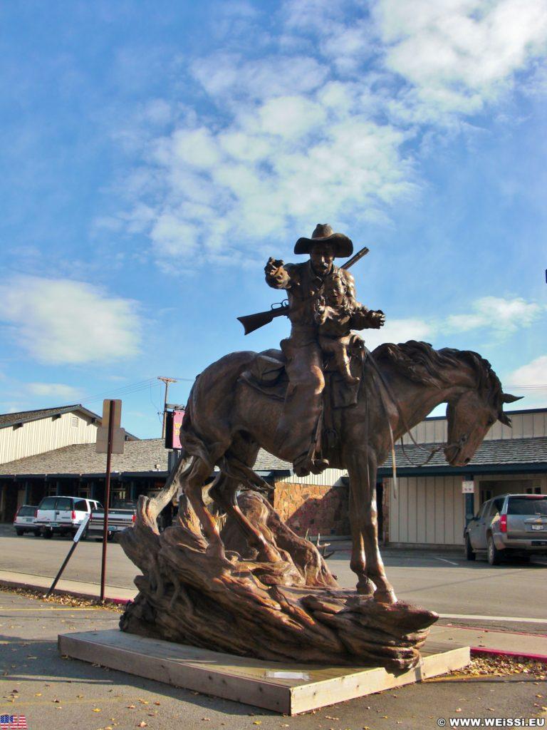 Jackson Hole. Statue in der Nähe der Mountain Trails Gallery in Jackson Wyoming. - Statue, Pferd, Reiter, Cowboy, Kind - (Jackson, Wyoming, Vereinigte Staaten)
