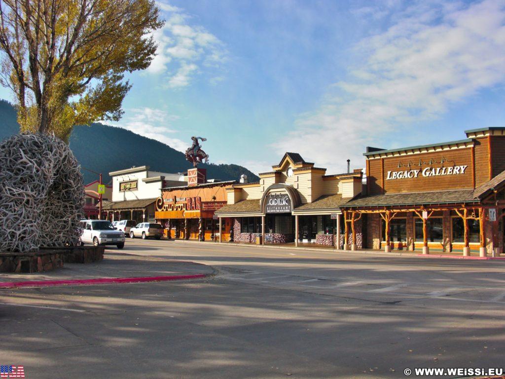 Jackson Hole. Im Zentrum, rund um den Towns Square, befinden sich viele Geschäfte, Resteraunts und Bars.. - Park, Elchgeweih, Antler Arches, Bögen, George Washington Memorial Park, Hirschgeweih, Town Square - (Jackson, Wyoming, Vereinigte Staaten)