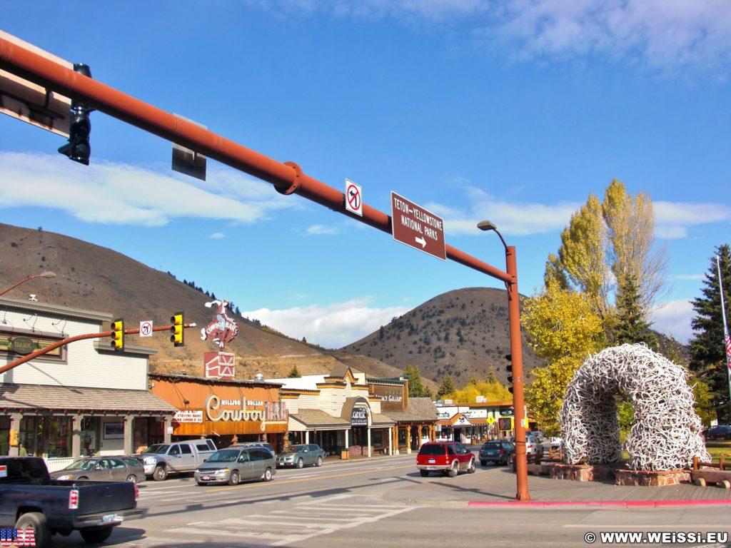 Jackson Hole. Restaurants und Geschäfte am Town Square in Jackson, Wyoming. - Gebäude, Million Dollar Cowboy Bar, Antler Arches, Town Square, Cadillac Restaurant, Geschäfte - (Jackson, Wyoming, Vereinigte Staaten)