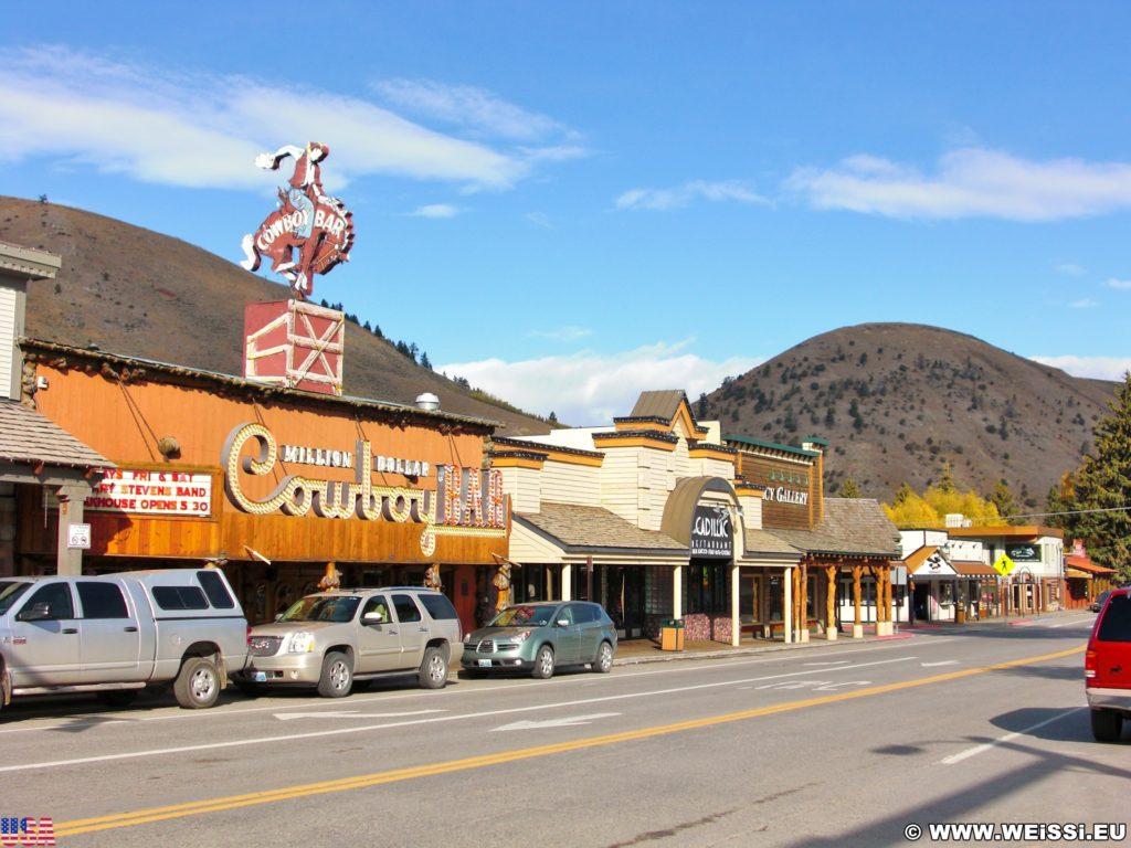 Jackson Hole. Restaurants und Geschäfte am Town Square in Jackson, Wyoming. - Gebäude, Million Dollar Cowboy Bar, Town Square, Cadillac Restaurant, Geschäfte - (Jackson, Wyoming, Vereinigte Staaten)