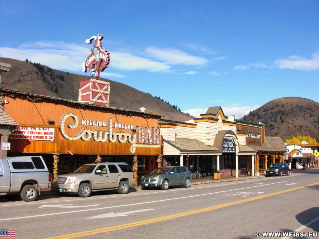 Jackson Hole. Restaurants und Geschäfte am Town Square in Jackson, Wyoming. - Gebäude, Werbeschrift, Leuchtschrift, Million Dollar Cowboy Bar, Town Square, Cadillac Restaurant, Geschäfte - (Jackson, Wyoming, Vereinigte Staaten)