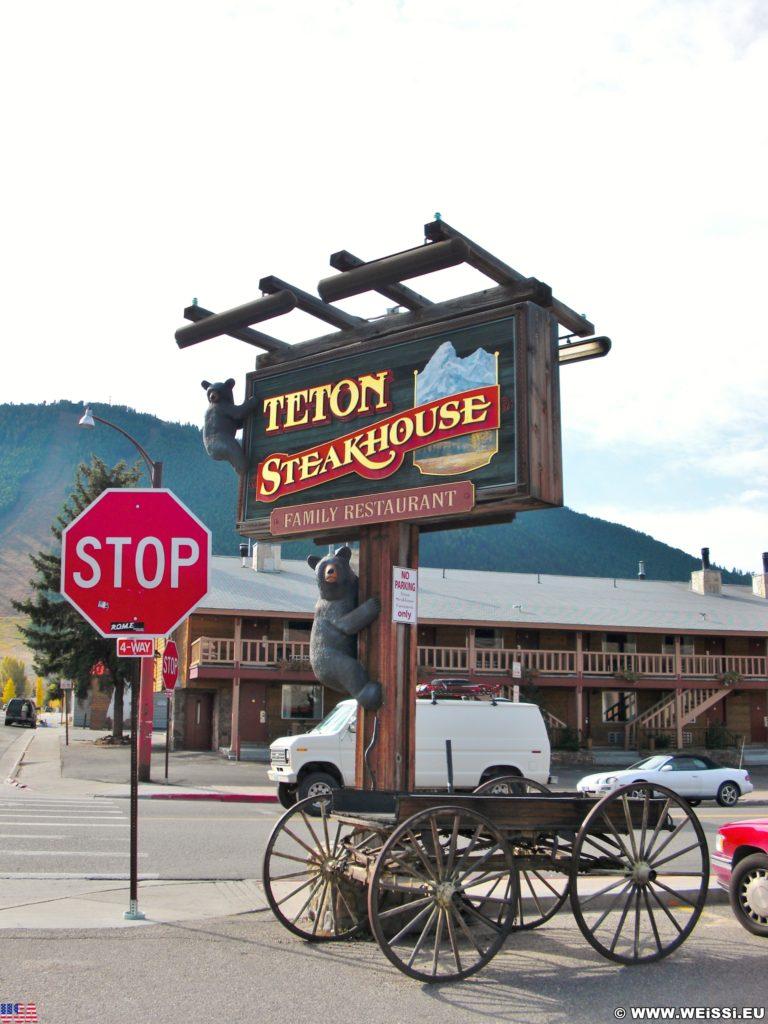 Jackson Hole. Werbeturm des Teton Steakhouse. - Schild, Tafel, Ankünder, Werbeturm, Leiterwagen - (Jackson, Wyoming, Vereinigte Staaten)