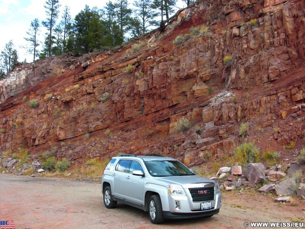 Mein Mietauto. GMC Terrain. - Auto, Felsen, Felswand, Sandstein, Fahrzeug, GMC Terrain, KFZ - (Flaming Gorge Lodge, Dutch John, Utah, Vereinigte Staaten)